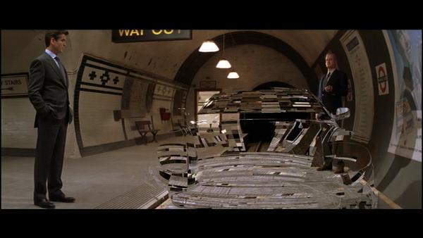 Die Another Day (2002) – John Cleese prezentuje niewidzialne auto