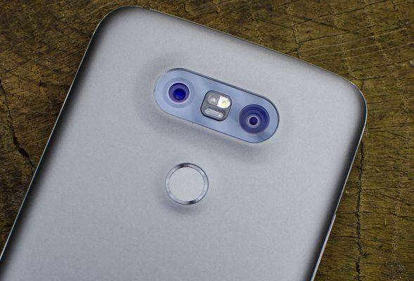 LG ismartfon zkilkoma aparatami