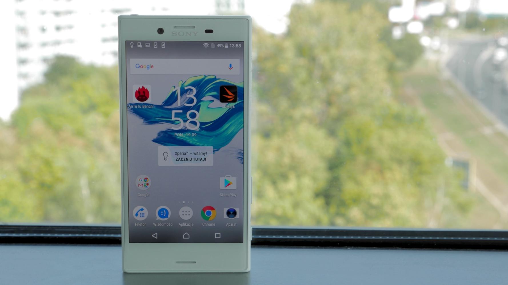 sony xperia - smartfon przy oknie