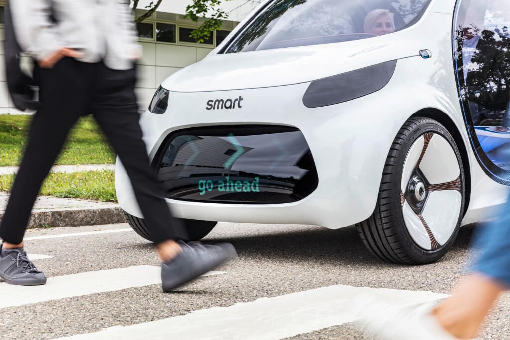 nowoczesny smart na przejściu dla pieszych
