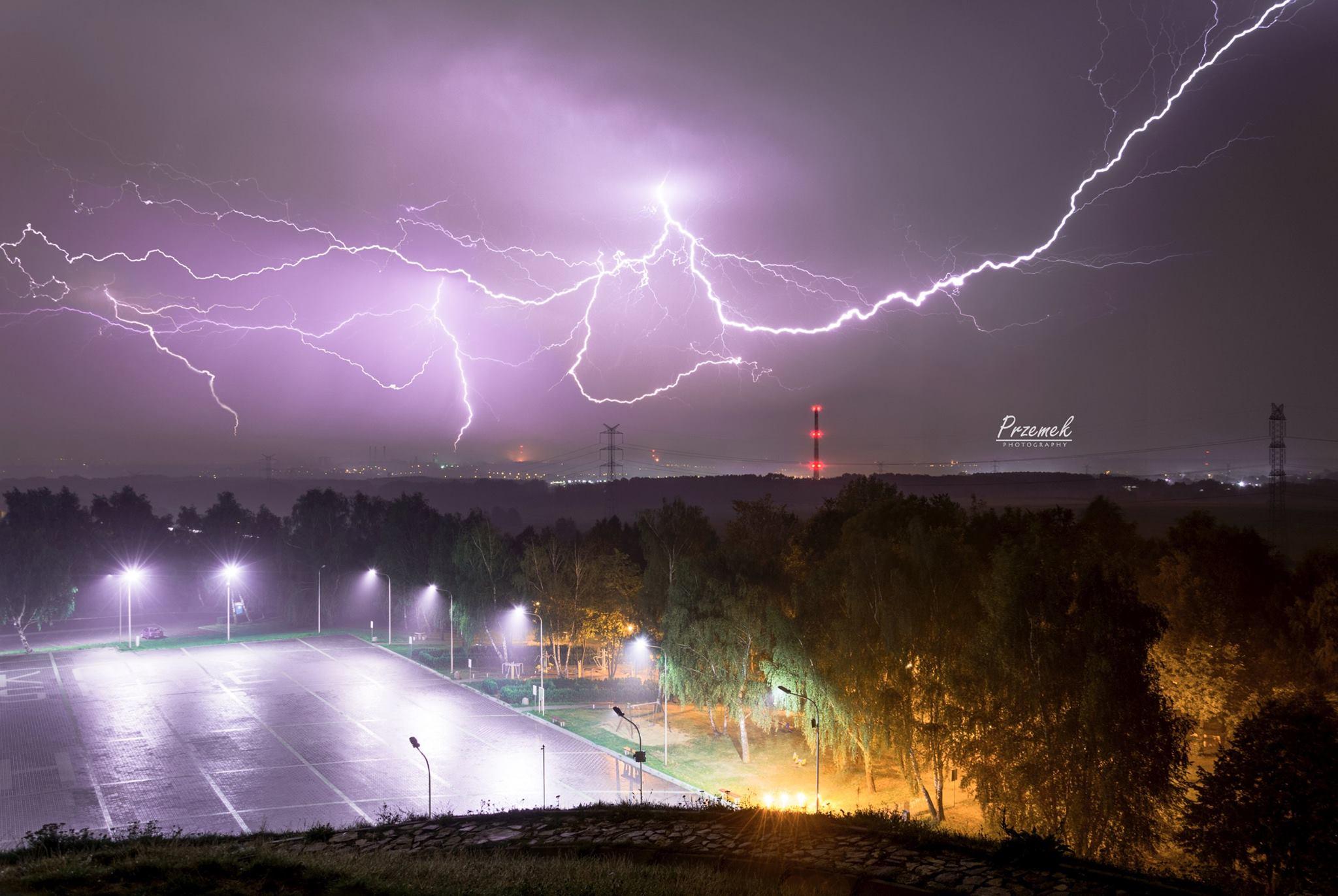 burza nad miastem fotografia