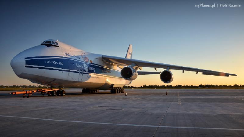 Antonov An-124 wygląd samolotu z pasa startowego