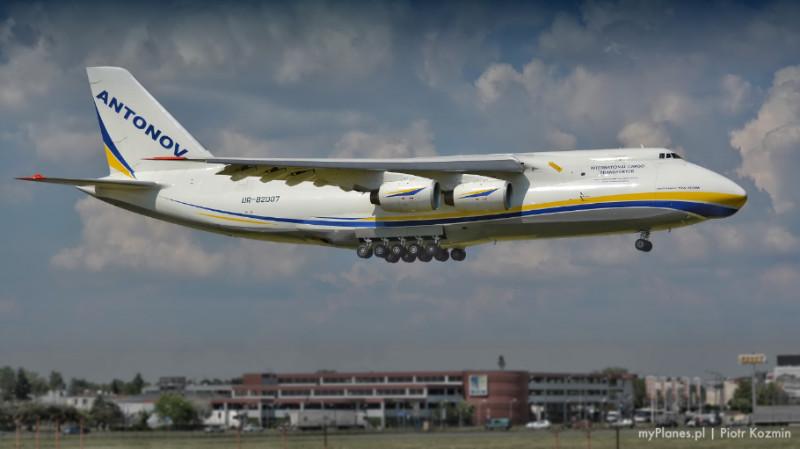 Antonov An-124 ląduje