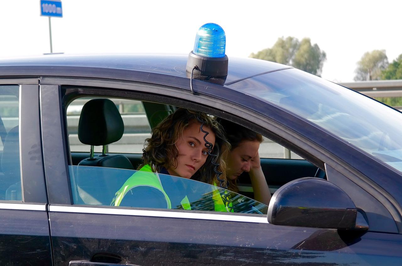 policja cywilnym autem