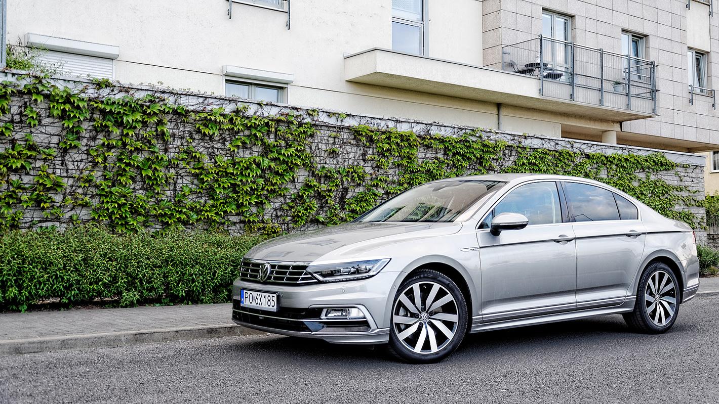 Volkswagen Passat 2.0 TSI 4Motion przy budynku