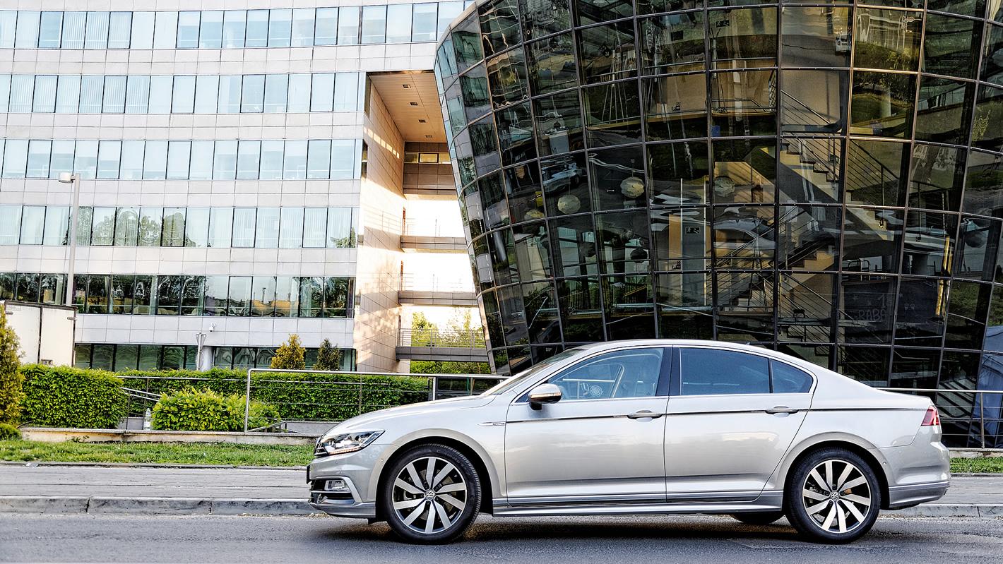 Volkswagen Passat 2.0 TSI 4Motion przed budynkiem