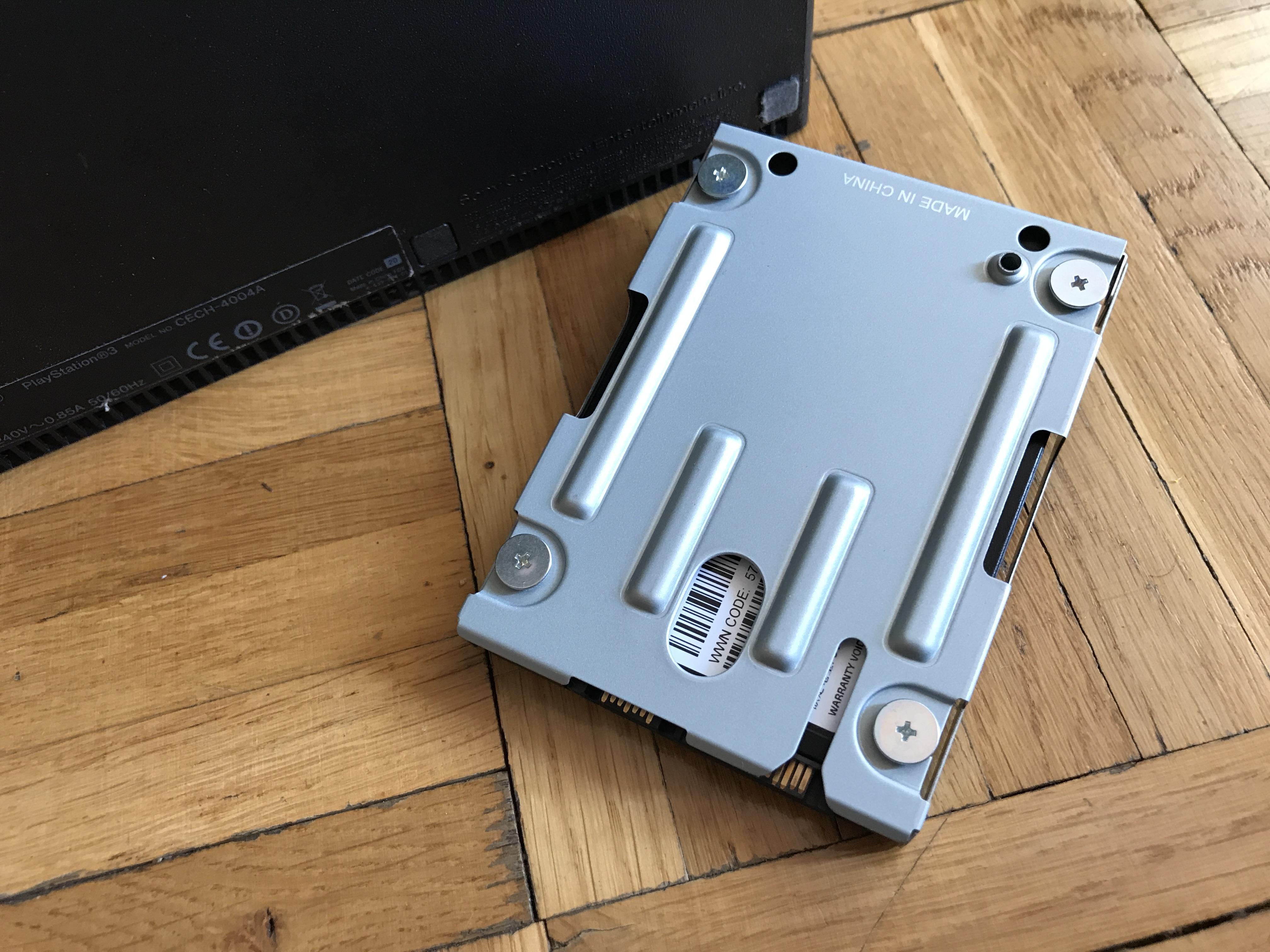 Dysk twardy włożony do kieszeni gotowy do montażu w konsoli Playstation 3 oraz Playstation 4