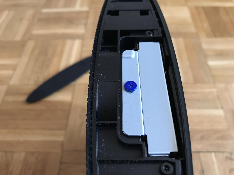 Niebieska śrubka w Playstation 3 - montaż dysku