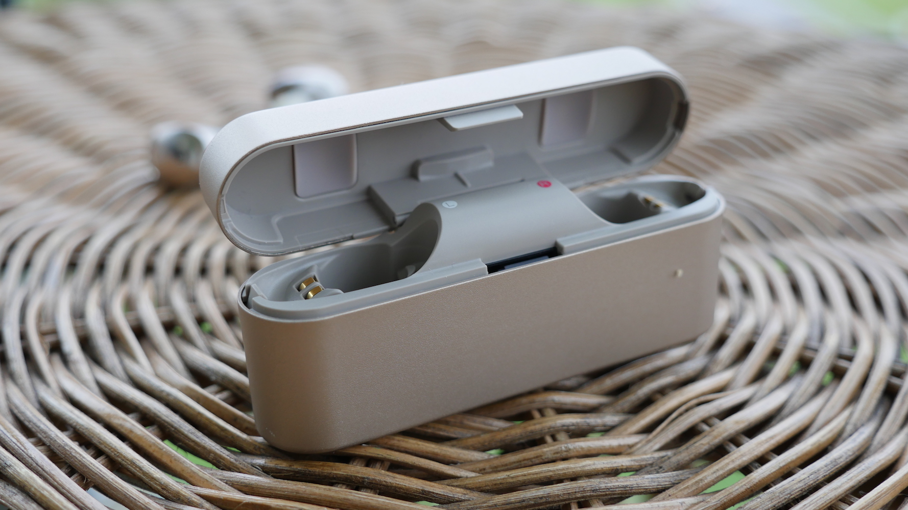 Słuchawki Sony WF-1000X - ładowarka do słuchawek