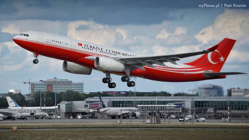 turecki samolot startuje zpasa startowego nalotnisku