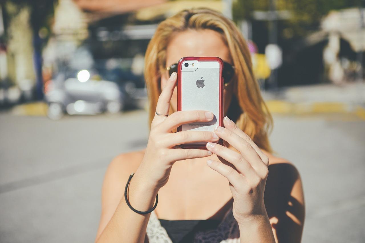 iphone apple kobieta robi zdjęcie
