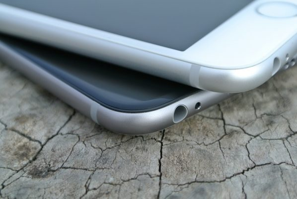 dwa smartfony leżące nasobie