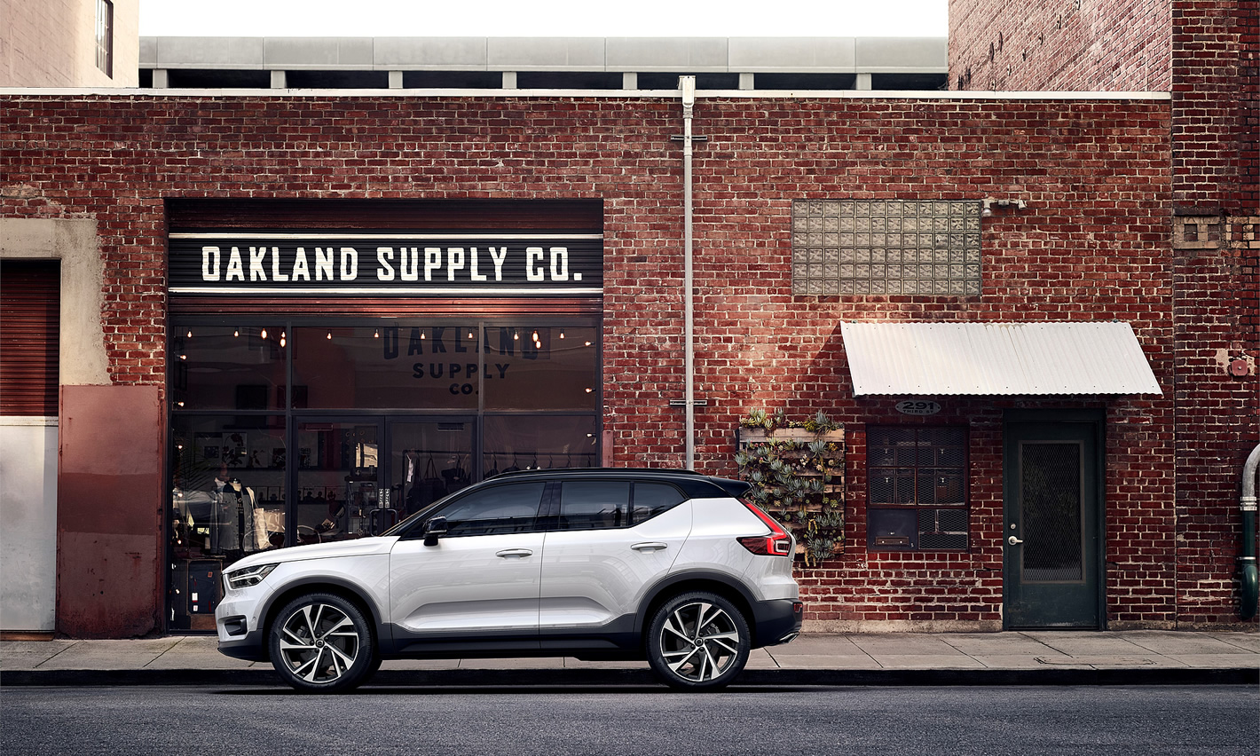 Volvo XC40 - zaparkowany przed sklepem