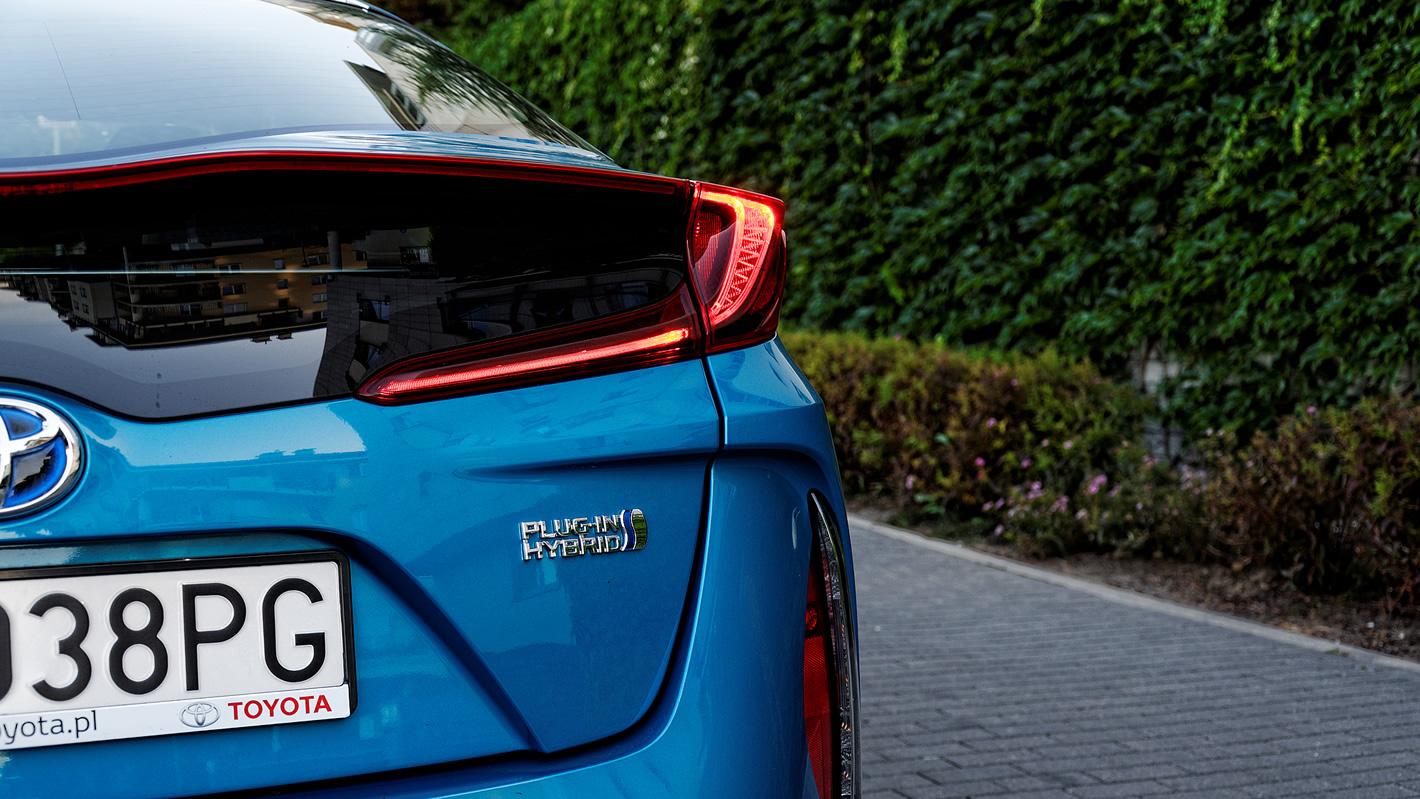 Toyota Prius Plug-in Hybrid - oryginalnie ukształtowane tylne reflektory