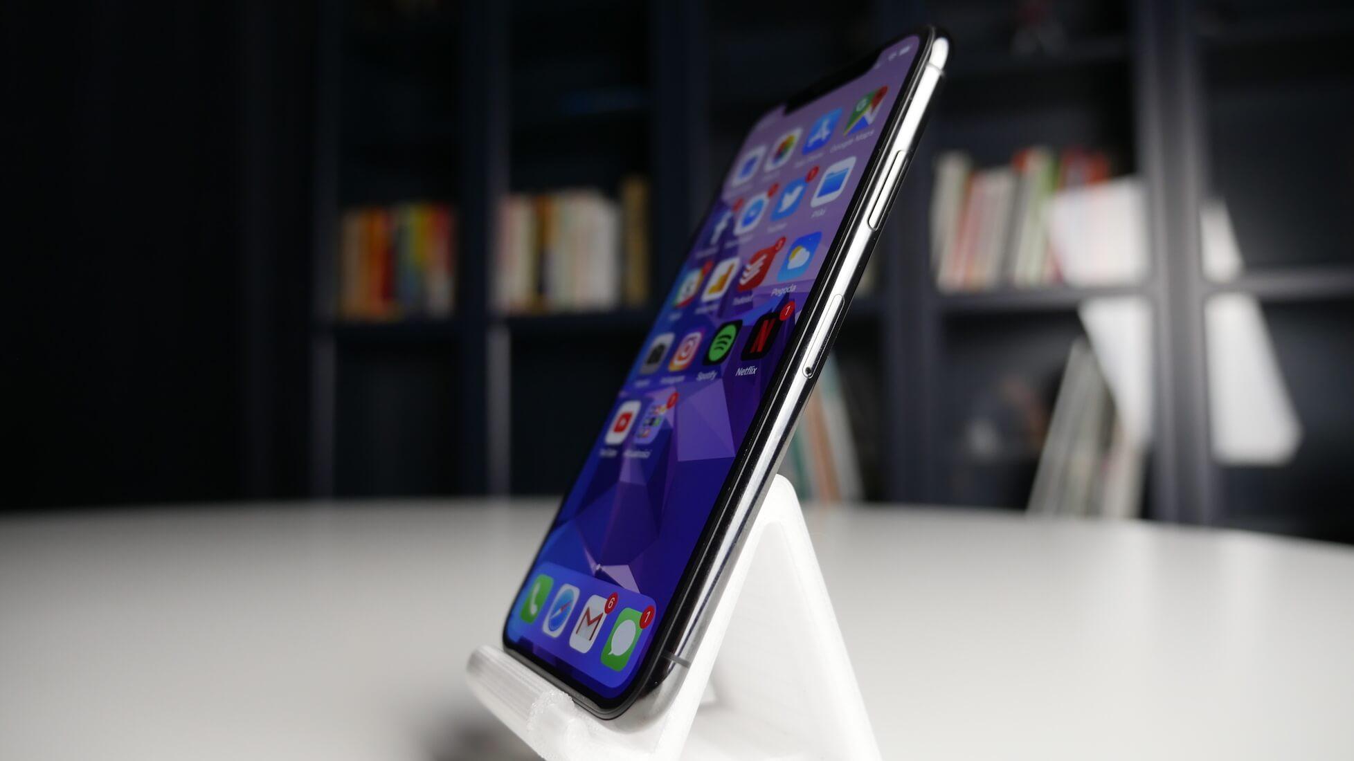 iPhone X recenzja - widok telefonu z boku
