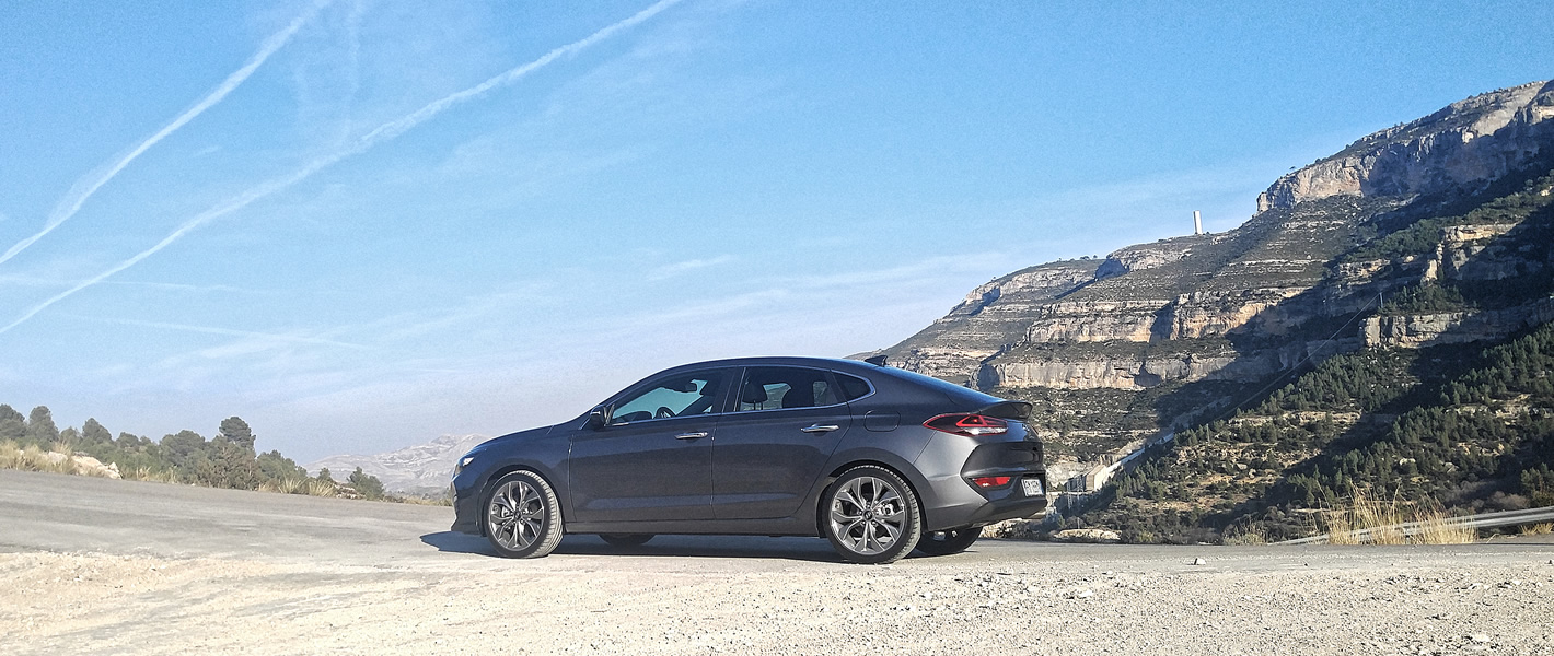 Hyundai i30 Fastback z boku