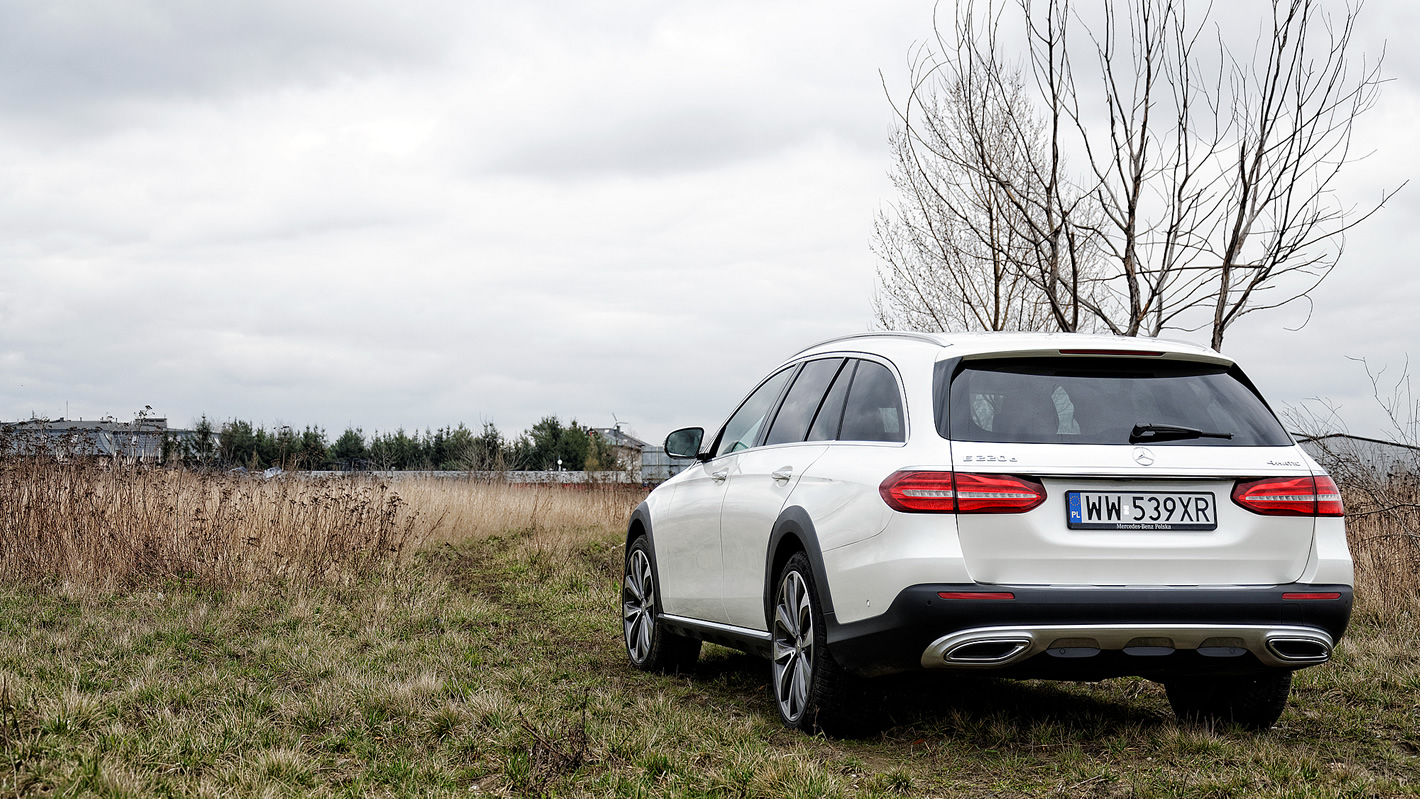 Mercedes-Benz Klasy E 4Matic All-Terrain poza utwardzoną drogą