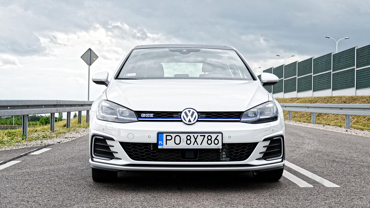 Volkswagen Golf GTE na krętej drodze