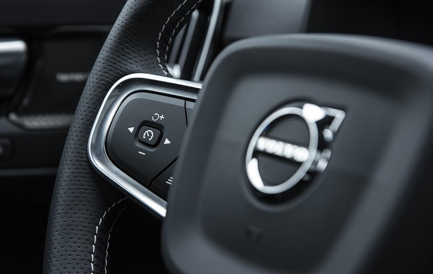 Volvo XC40 - przyciski na kierownicy