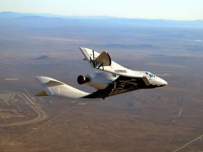 Spojrzenie w 2013 rok? SpaceShipTwo w trakcie lotu ślizgowego z zainstalowanym silnikiem rakietowym. / Credit - Virgin Galactic