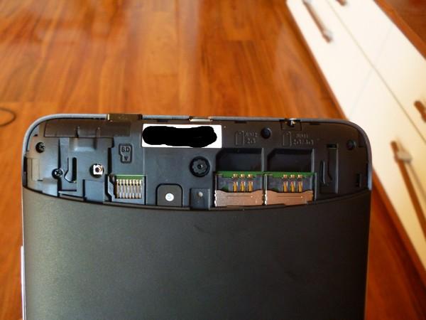 Miejsce na karty i karcioszki. SD, 3G/2G i 2G.