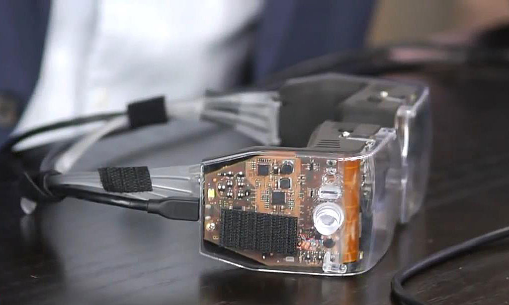 Avegant-Virtual-Retinal-Display_-Prototype-hands-on.mp4_snapshot_01.51_[2013.10.11_11.21