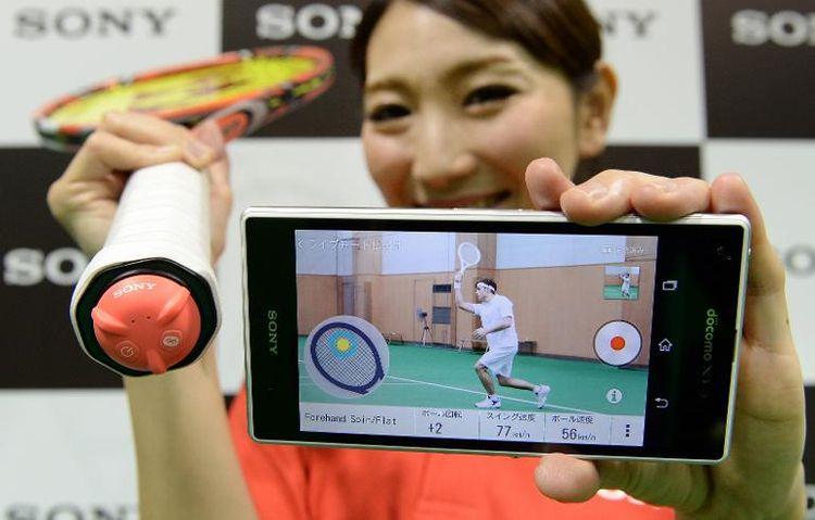 612684-le-capteur-smart-tennis-sensor-presente-par-sony-a-tokyo-le-20-janvier-2014