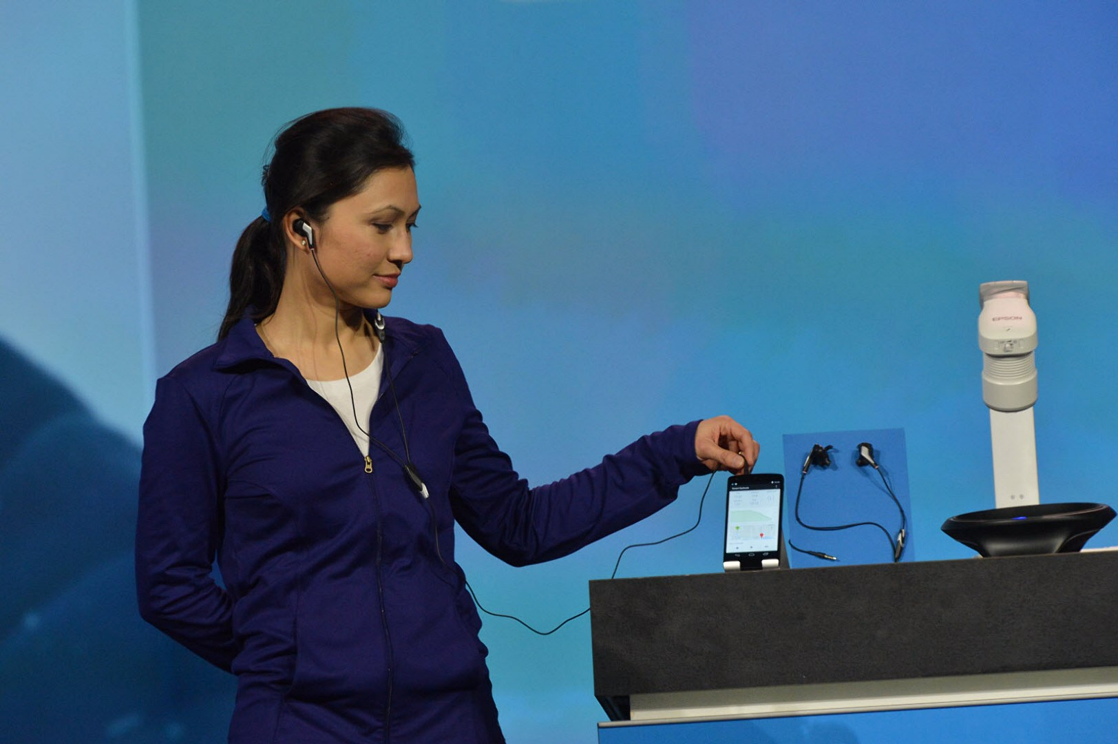 CES2014_Keynote-Smart_Earbuds_s