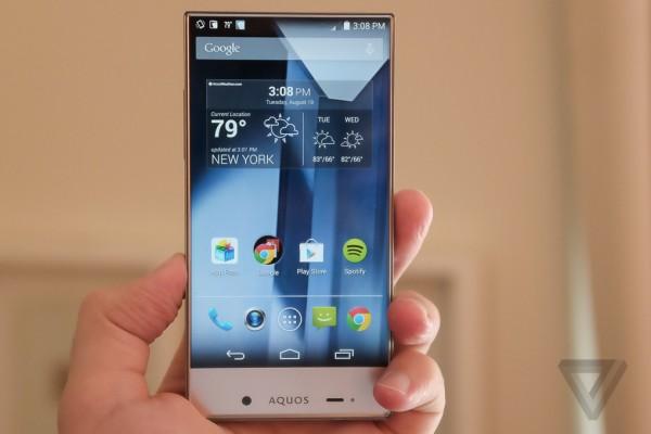 smartfon aquos w dłoni
