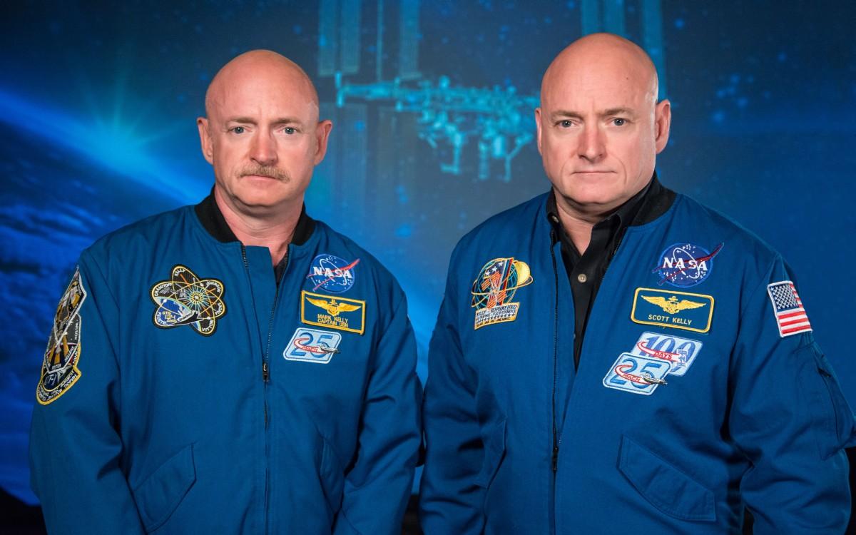 Mark_and_Scott_Kelly_at_the_Johnson_Space_Center,_Houston_Texas