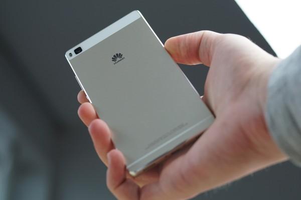 telefon Huawei Mate 10 - trzymany w dłoni. Kolor szary