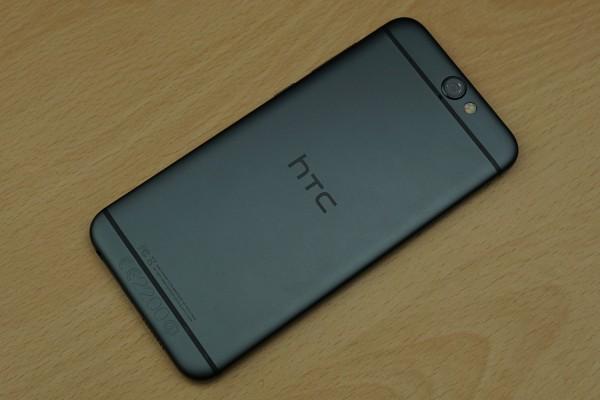 smartfon htc na stole