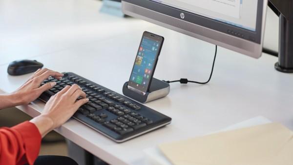 smartfon HP podpięty do komputera