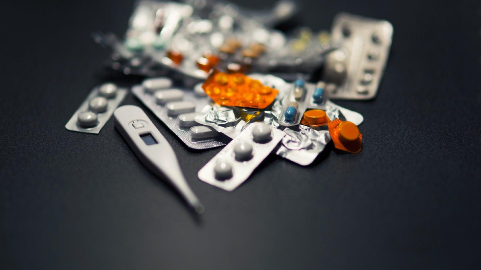 listki z lekarstwami, termometr elektroniczny