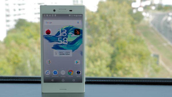 sony xperia telefon - przy oknie