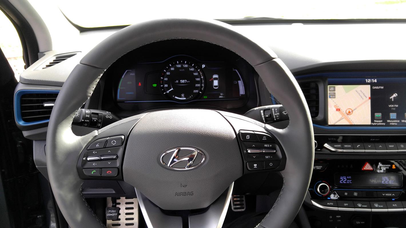 Widok z oczu kierowcy na kokpit Hyundai IONIQ Hybrid