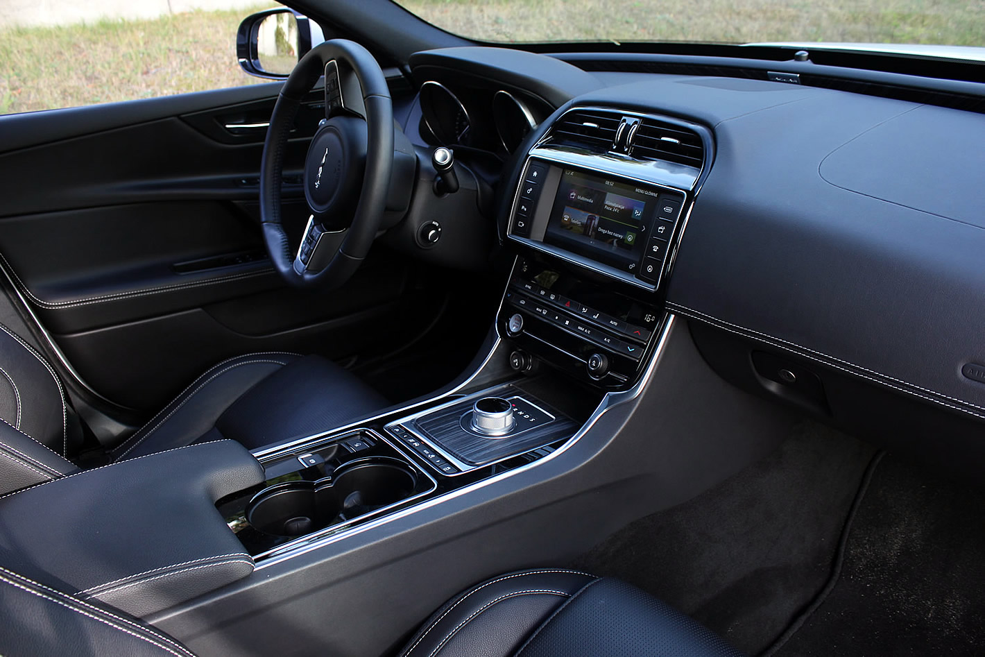 Wnętrze Jaguara XE w wersji R-Sport