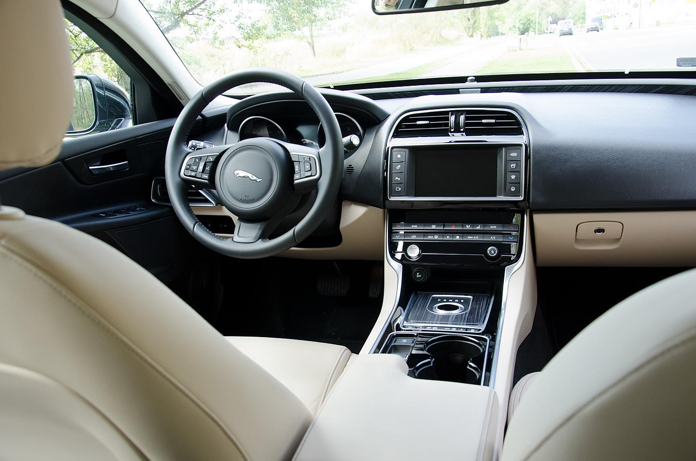 Wnętrze Jaguara XE w wersji Portfolio