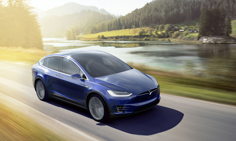 auto Tesla w trasie