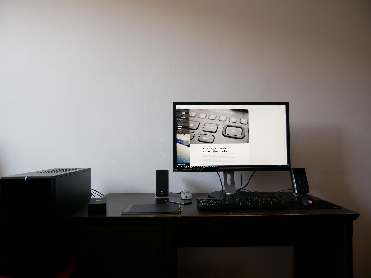 monitor PHILIPS 328P6VJEB na biurku