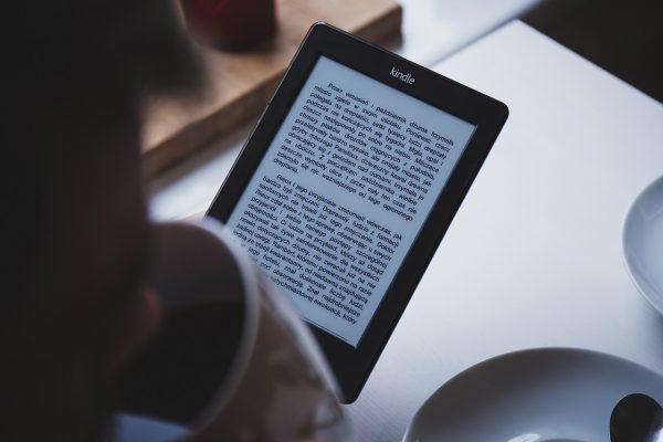 Funkcje smartfona pozwalają korzystać z niego jak z czytnika e-booków.