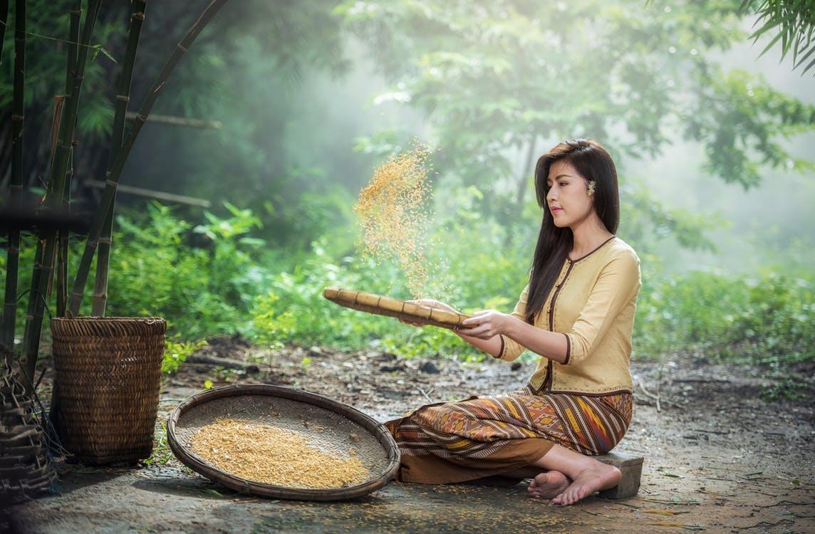 Azjatka i przesiewanie ziaren