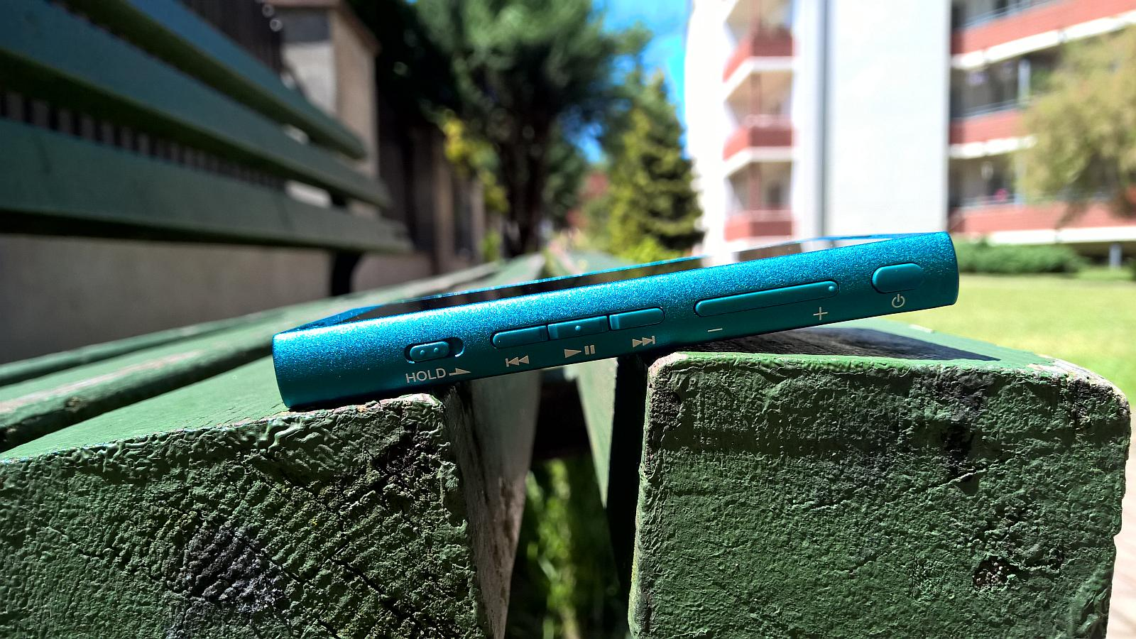 Sony Walkman NW-A30 zdjęcie na ławce