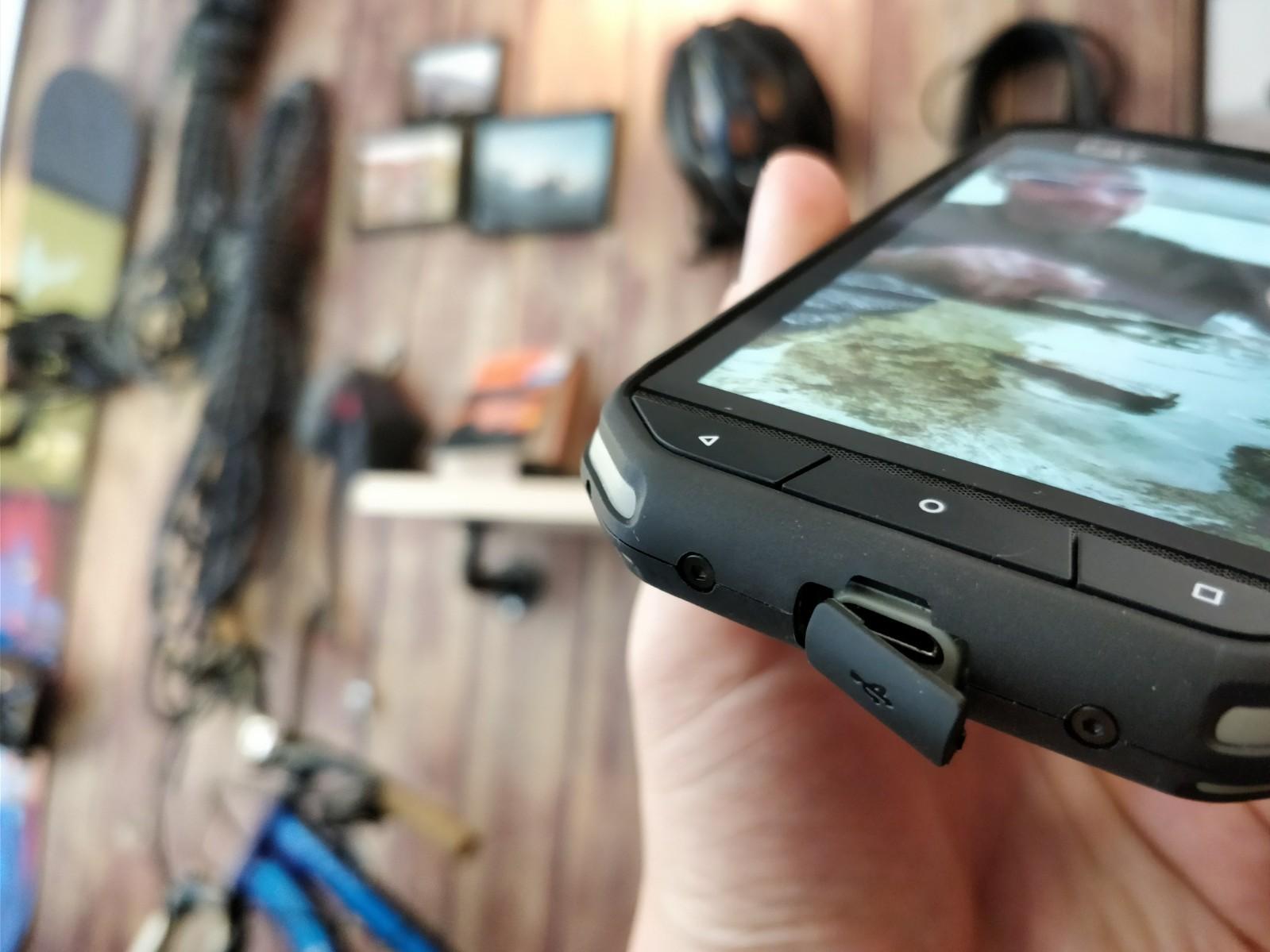smartfon CAT S31 wejście USB