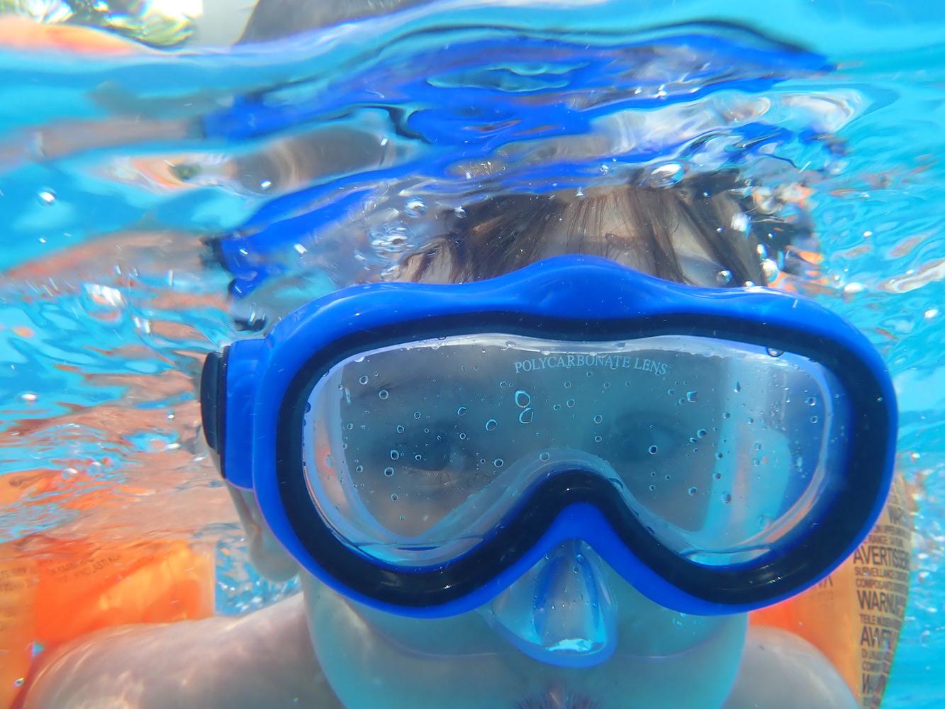 dziecko nurkujące w wodzie
