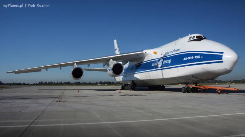 Antonov An-124 jak wygląda na pasie startowym