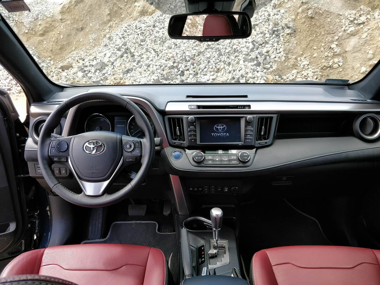 wnętrze auta Toyotą Rav4