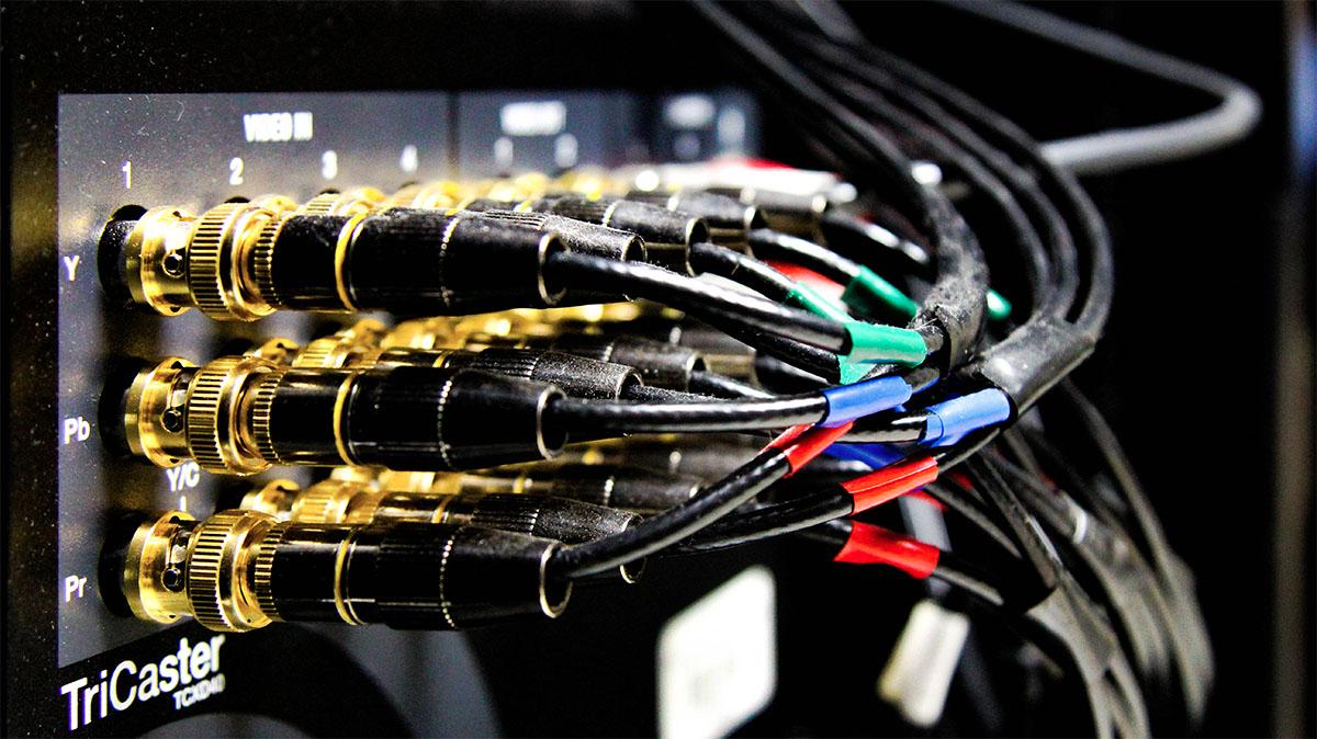 Duże ilości kabli podłączonych