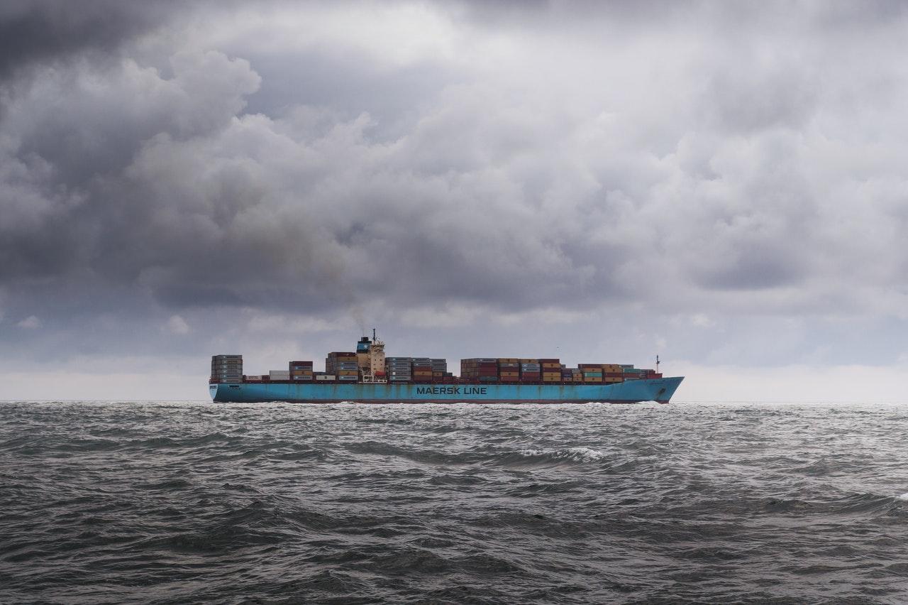 płynący statek z kontenerami