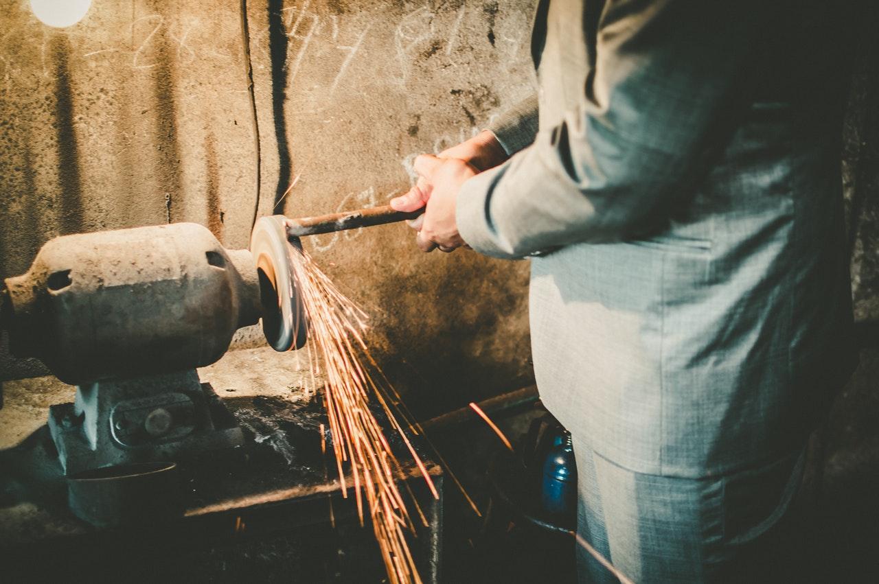 szlifowanie kawałka metalu
